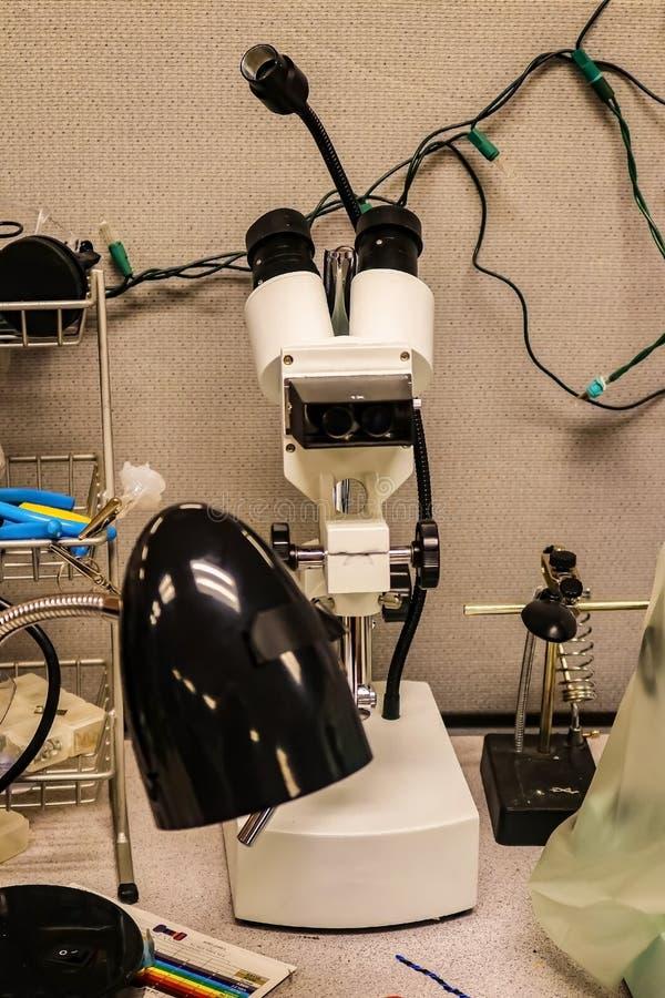 Mikroskop używać lutować elektronika w lab otaczającym innym wyposażeniem zdjęcia royalty free