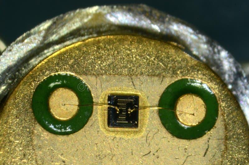 Mikroskopi av inre av en typ BC140 för transistor för 90-taltypsilicium arkivfoto