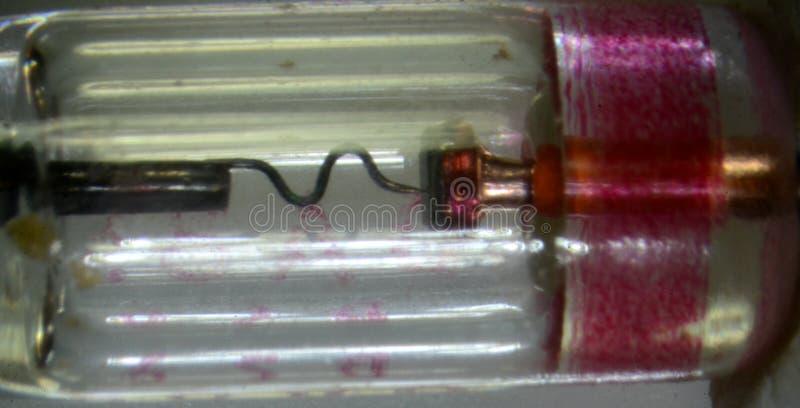 Mikroskopie des Innenraums einer siebziger Jahre Art Germaniumdiodenart OA85 im Glaskörper lizenzfreies stockfoto