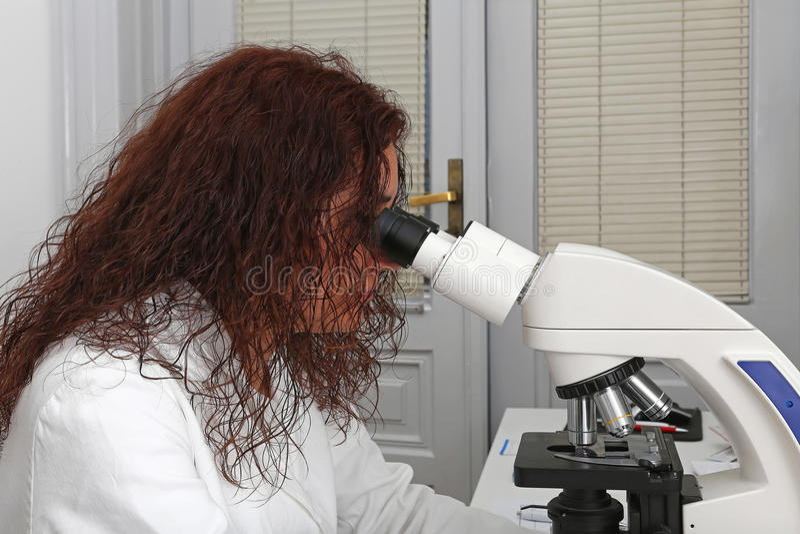 Mikroskopietechniker lizenzfreie stockfotos