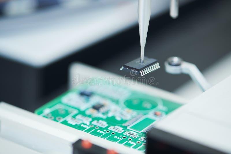 Mikroukładu półprzewodnika produkcja automatyczny maszynowy robot instaluje układ scalonego na pokładzie zdjęcia royalty free