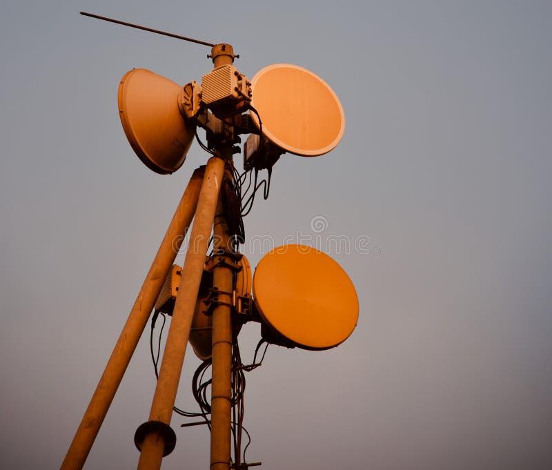 Mikrovågantenn av ett mobilt nätverkstorn royaltyfria foton