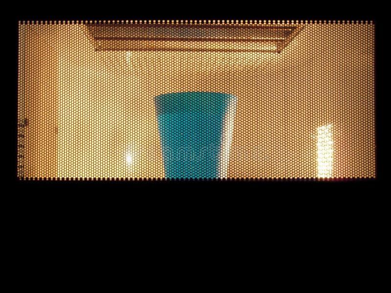 Mikrovågor med exponeringsglas av vatten arkivbilder