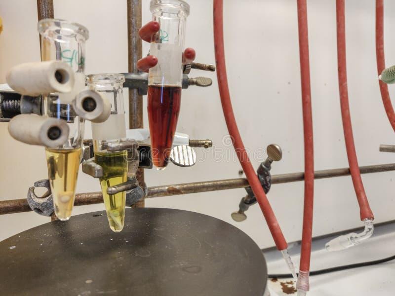 Mikrovågreaktion i små små medicinflaskor för ett exponeringsglas med den magnetiska blandaren på en magnetisk platta fotografering för bildbyråer