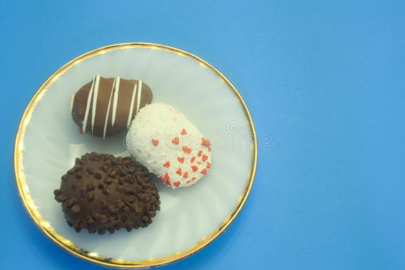 Mikstura czekolady Zakrywać truskawki na talerzu zdjęcia stock