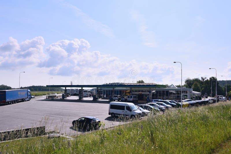 Mikulasov, Tschechische Republik - 2. Juni 2018: Tankstelle nannte OMV mit parkendes Auto und Camions im sonnigen Morgen nahe Lan stockfotos