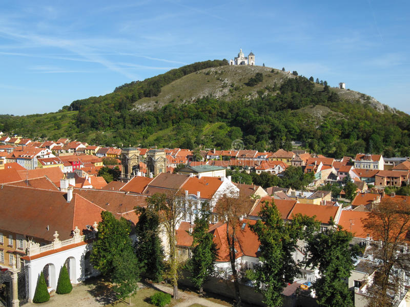 Mikulov镇和圣洁小山 库存照片
