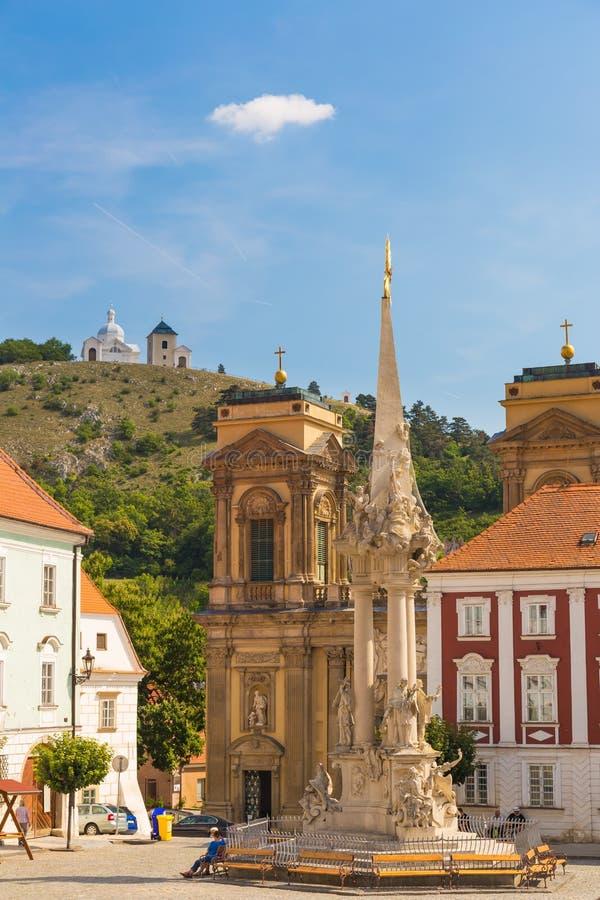 Mikulov stad med Tanzberg sv Kopecek bakgrund, sydliga Moravia, Tjeckien royaltyfri bild