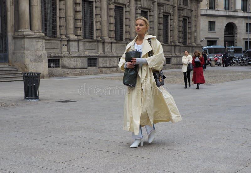 MILÁN - 25 DE FEBRERO DE 2018: Una mujer de moda que camina para los fotógrafos en la calle antes del desfile de moda de MSGM, Mi imagenes de archivo