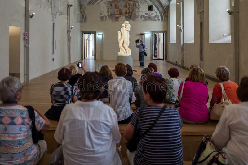 Milán - 28 de septiembre: Los turistas miran en la estatua inacabada de Miguel Ángel en el Pieta Rondandini el 28 de septiembre imagen de archivo