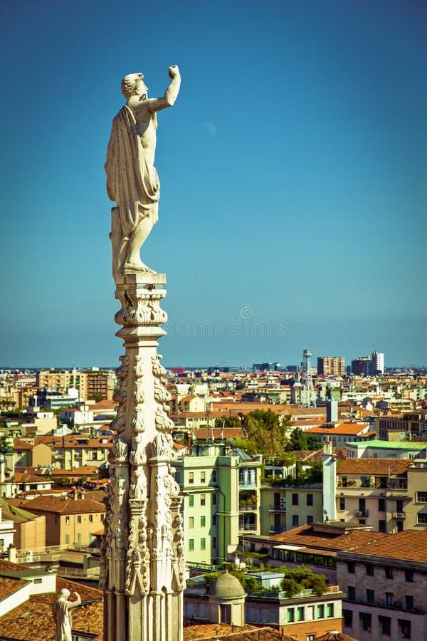 Milán - estatua del santo sobre ciudad fotos de archivo libres de regalías