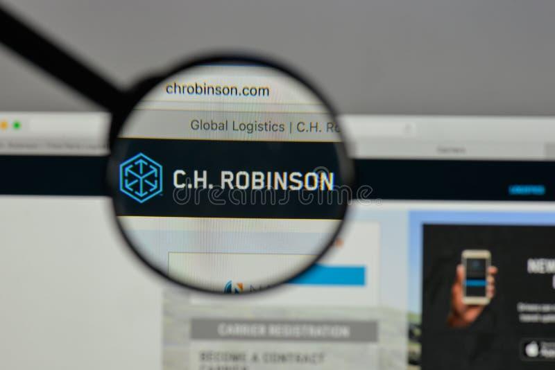 Milán, Italia - 10 de agosto de 2017: C H Logotipo de Robinson Worldwide encendido foto de archivo