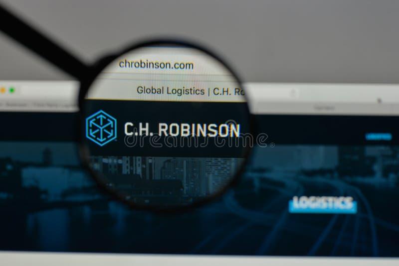 Milán, Italia - 10 de agosto de 2017: C H Logotipo de Robinson Worldwide encendido foto de archivo libre de regalías