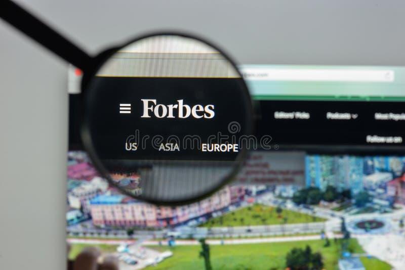 Milán, Italia - 10 de agosto de 2017: Homepage del sitio web de Forbes Es a imagenes de archivo