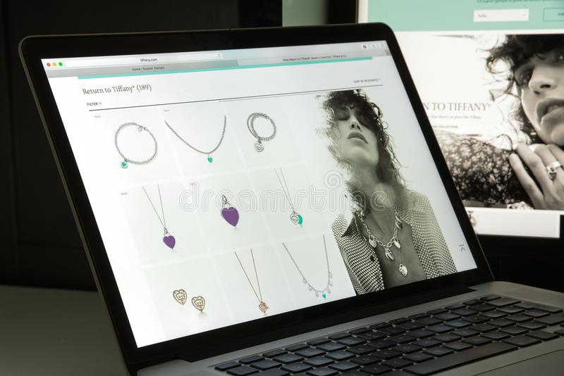 Milán, Italia - 10 de agosto de 2017: Homepage del sitio web de Tiffany Es fotos de archivo libres de regalías