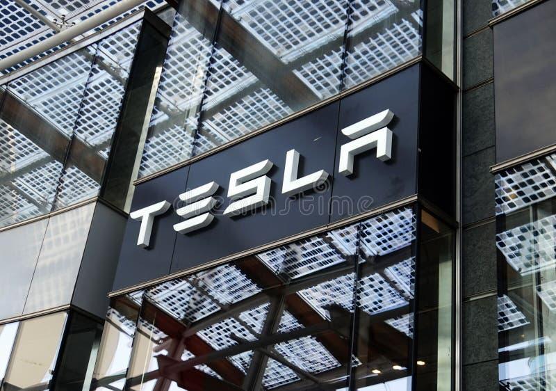 MILÁN, ITALIA - 19 DE JULIO DE 2017: Tienda de los motores de Tesla en el cuadrado de Gael Aulenti de la plaza en Milán, Italia imagenes de archivo