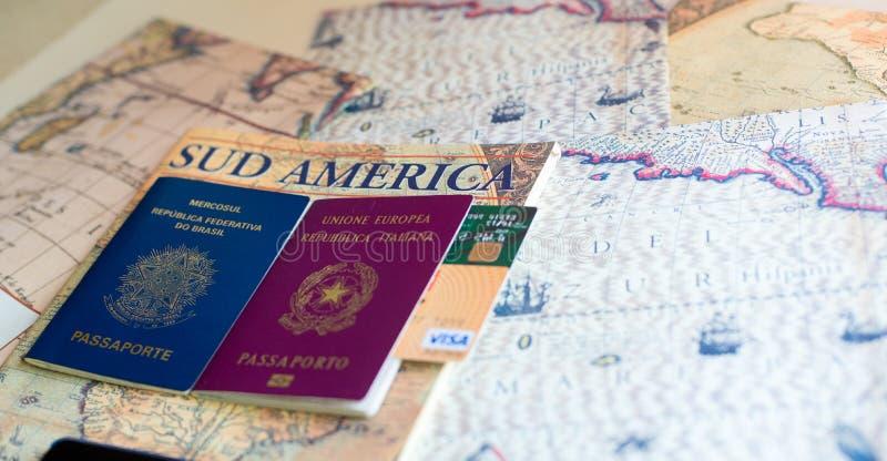 Milán, Italia – 20 de julio de 2018: Un italiano y pasaportes brasileños con un smartphone sobre una revista turística de Suramér imagen de archivo