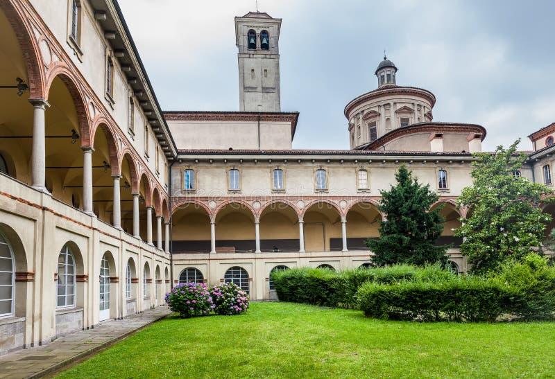 MILÁN, ITALIA - 9 DE JUNIO DE 2016: jardín del patio y columnata de t fotos de archivo libres de regalías