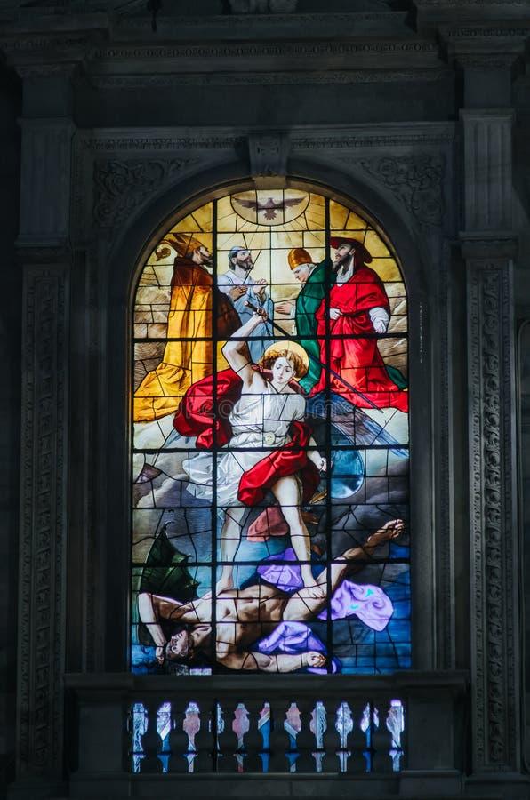 MILÁN, ITALIA - 18 DE JUNIO DE 2016: Interior hermoso de los di famosos Milano (bóveda del Duomo de la catedral de Milán) Vitral  imágenes de archivo libres de regalías