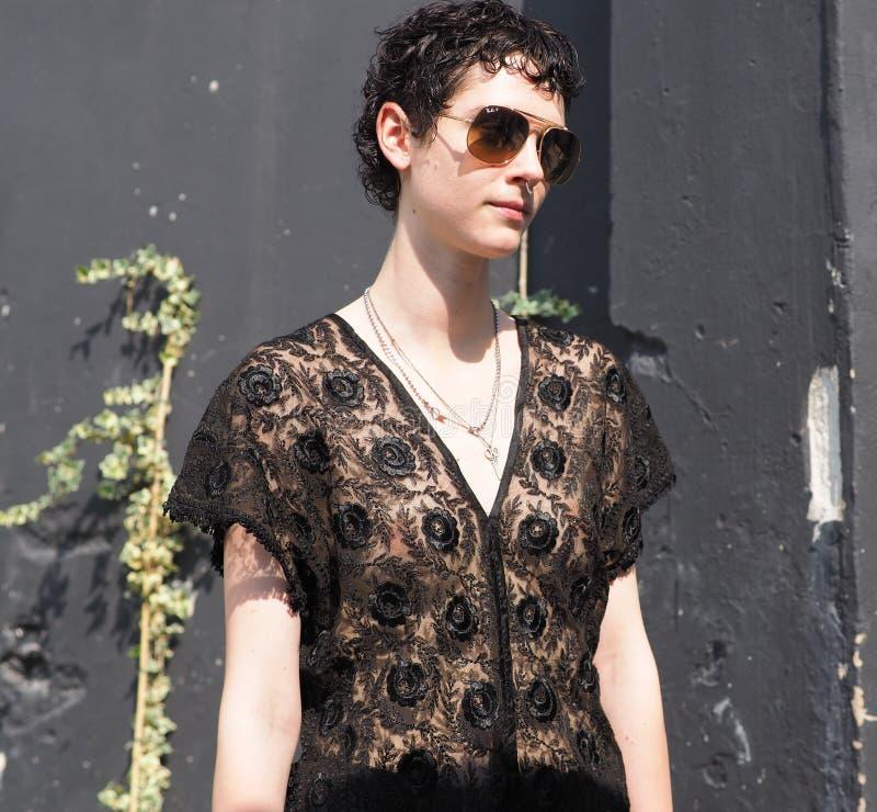 MILÁN, ITALIA - 16 DE JUNIO DE 2018: Presentación modelo joven para los fotógrafos después del desfile de moda de Neil Barrett, imagen de archivo