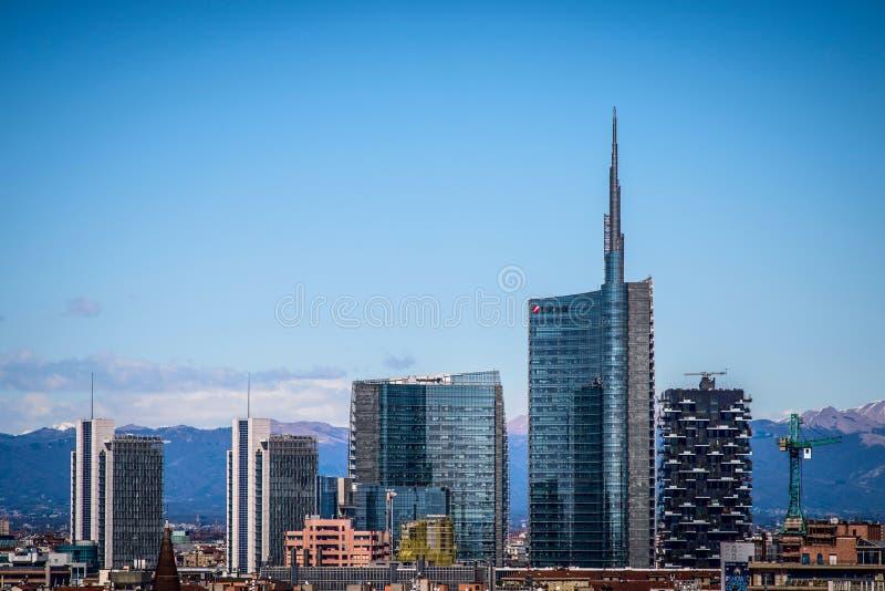 MILÁN, ITALIA 27 DE MARZO DE 2015: Distrito financiero de Porta Garibaldi de la terraza del tejado del Duomo imágenes de archivo libres de regalías