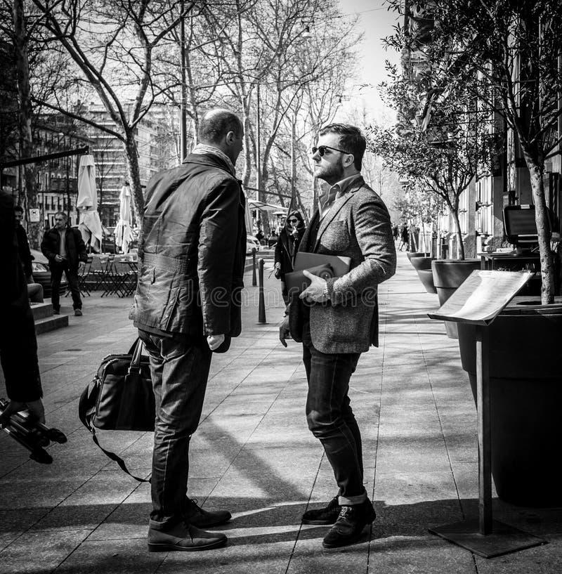 Milán, Italia - 23 de marzo de 2016: Discurso weared elegante de dos hombres imagen de archivo