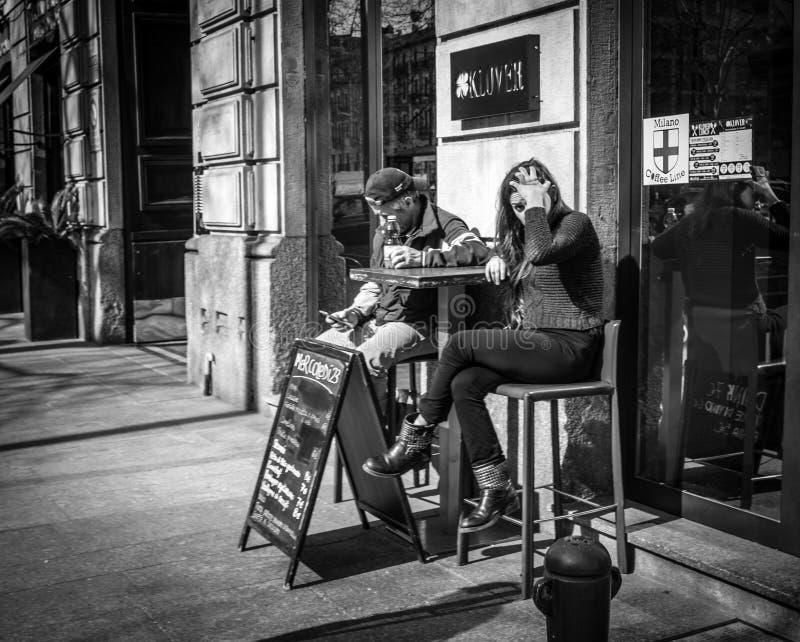 Milán, Italia - 23 de marzo de 2016: Sentada femenina de Younf en al aire libre foto de archivo libre de regalías