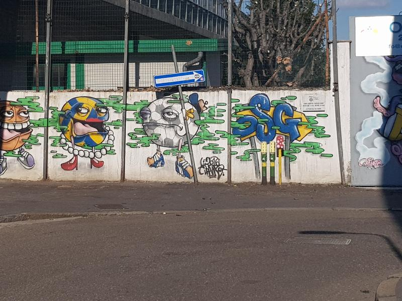Milán, Italia - 19 de marzo de 2019: Street Art hizo por un artista desconocido en la pared, Milán, Italia fotografía de archivo libre de regalías