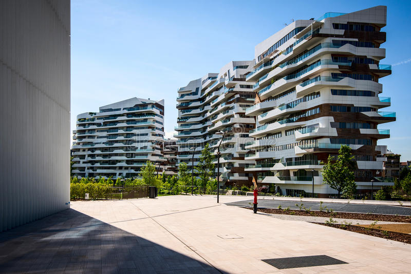 MILÁN, ITALIA - 4 DE MAYO DE 2016: Edificios residenciales de CityLife Milán cerca de la torre de Allianz fotografía de archivo libre de regalías