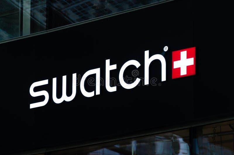 Milán, Italia - 29 de mayo de 2018: Logotipo y muestra de Swatch Swatch es wat imagenes de archivo