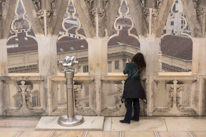 Milán, Italia 24 de noviembre de 2017 En el tejado de Milan Cathedral en Italia La mujer toma las fotos imagen de archivo