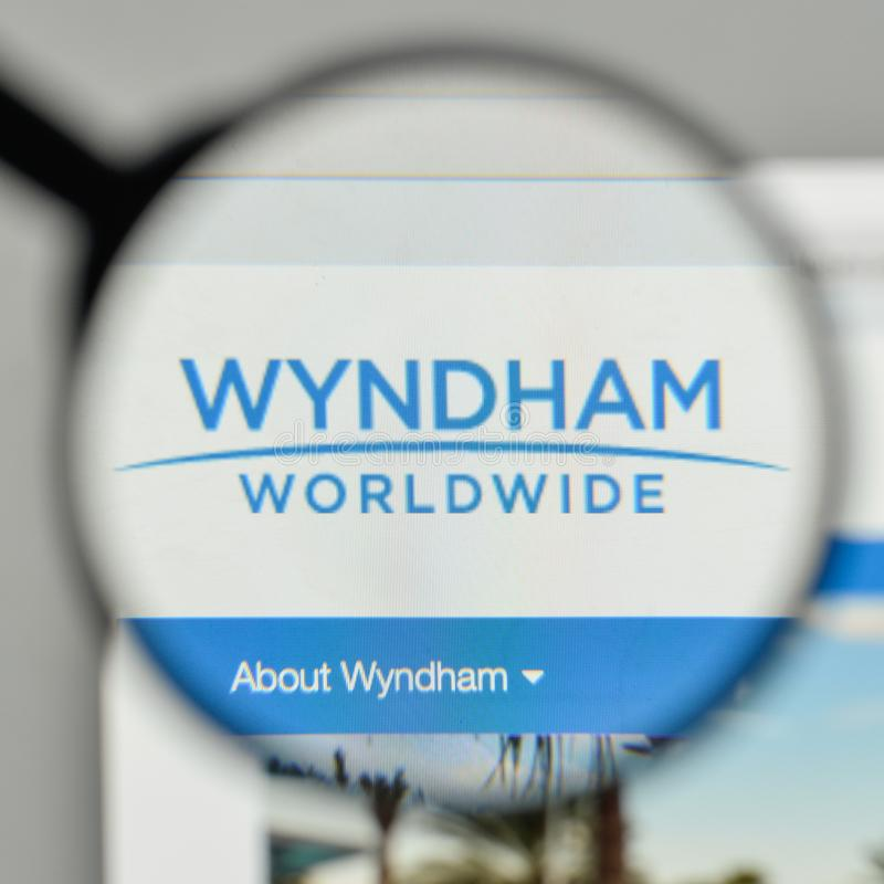 Milán, Italia - 1 de noviembre de 2017: Logotipo de Wyndham Worldwide en el w fotografía de archivo