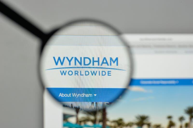 Milán, Italia - 1 de noviembre de 2017: Logotipo de Wyndham Worldwide en el w imagen de archivo