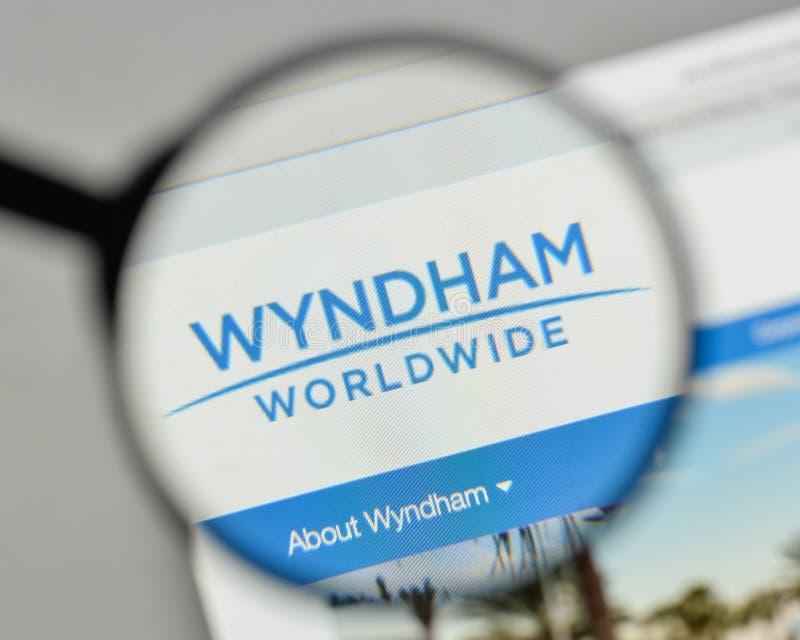 Milán, Italia - 1 de noviembre de 2017: Logotipo de Wyndham Worldwide en el w imagenes de archivo