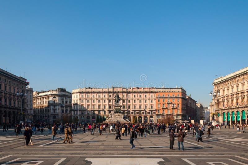 MILÁN, ITALIA - 10 DE NOVIEMBRE DE 2016: Opinión aérea Piazza del Duomo y monumento de Vittorio Emanuele II en un día soleado, It fotografía de archivo libre de regalías