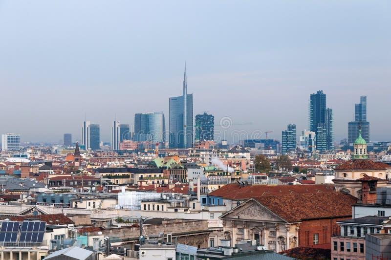 MILÁN, ITALIA - 9 DE NOVIEMBRE DE 2016: Vista panorámica del distrito financiero de Milán de los di Milano del Duomo de la plataf imagenes de archivo