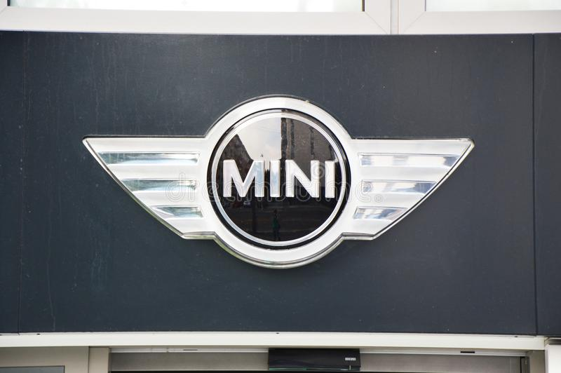 MILÁN, ITALIA - 7 DE SEPTIEMBRE DE 2017: Logotipo de Mini Cooper en la concesión de coche de BMW en Milán, Italia fotografía de archivo libre de regalías