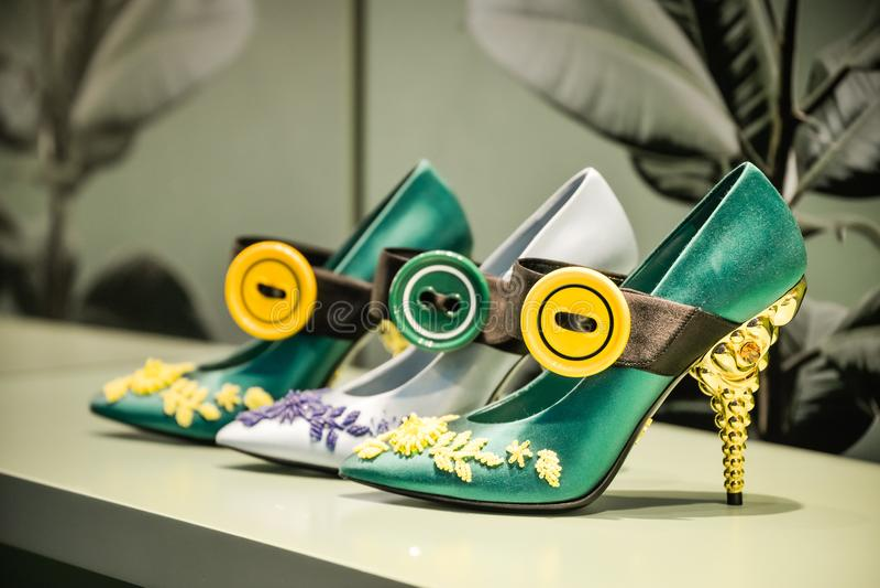 Milán, Italia - 24 de septiembre de 2017: Zapatos de Prada en una tienda de Milán foto de archivo libre de regalías