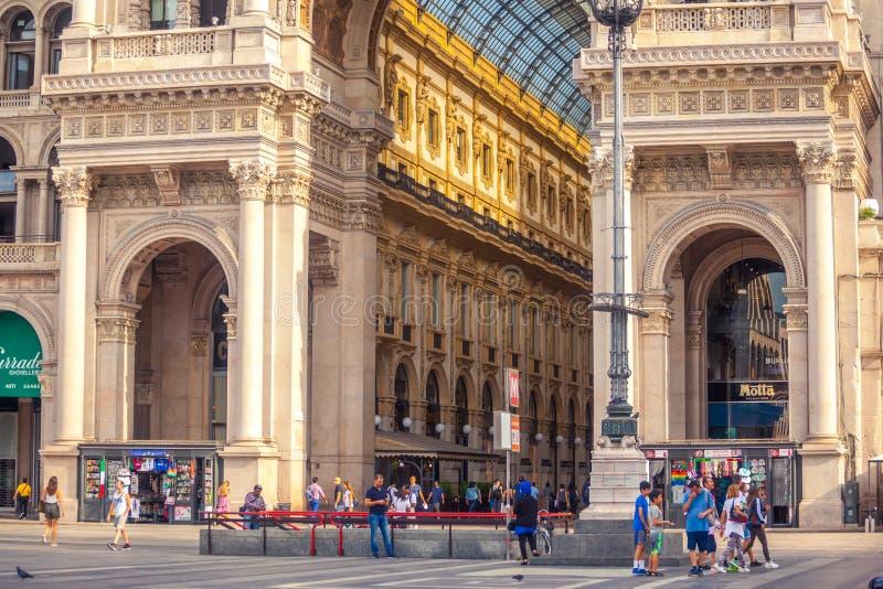 Milán, Italia - 14 08 2018: Galería de Vittorio Emanuele II en Piazza del Duomo en Milán imágenes de archivo libres de regalías