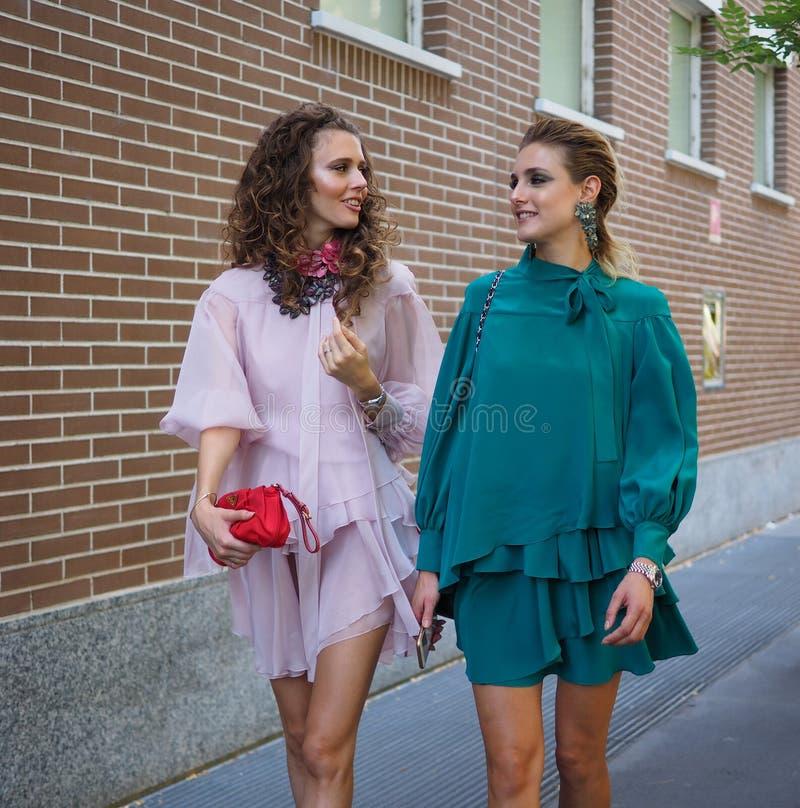 MILÁN, Italia, 20 septembre 2018: Modelos de moda que presentan para los fotógrafos fotografía de archivo