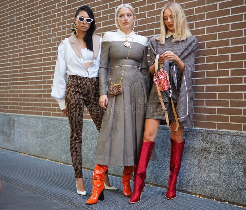MILÁN, Italia, 20 septembre 2018: Mujeres de moda que presentan para los fotógrafos fotografía de archivo libre de regalías