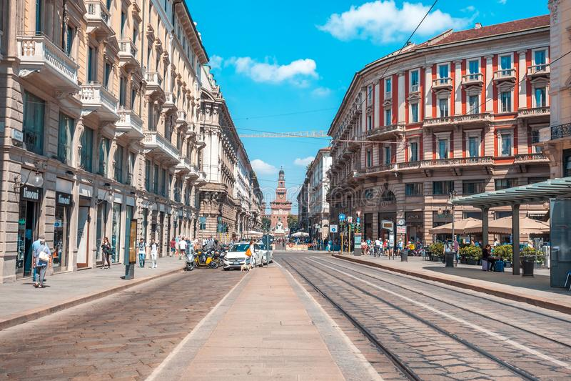 Milán, Italia - 25 06 2018: Vía la calle de Dante en el centro del fotos de archivo libres de regalías