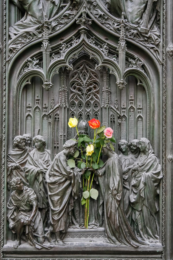 MILÁN, ITALY/EUROPE - 23 DE FEBRERO: Detalle de la puerta principal en t fotografía de archivo libre de regalías