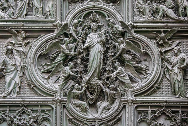 MILÁN, ITALY/EUROPE - 23 DE FEBRERO: Detalle de la puerta principal en t fotografía de archivo
