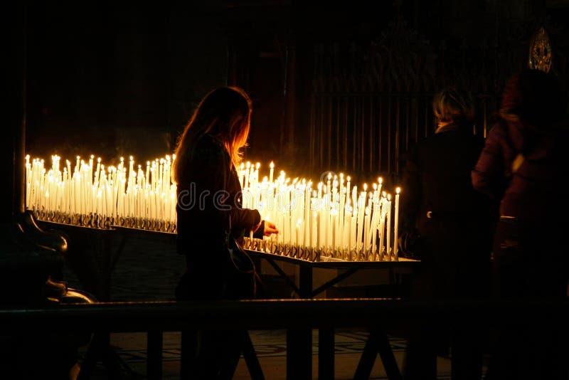 MILÁN, ITALY/EUROPE - 23 DE FEBRERO: Velas ardientes en el Duomo imagen de archivo libre de regalías