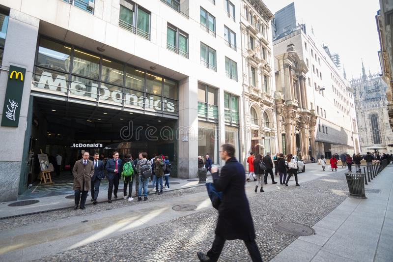 Milán: Ventana de los alimentos de preparación rápida del ` s de McDonald, Italia, Europa foto de archivo libre de regalías