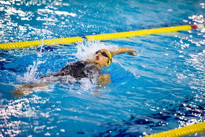 MILÃO - 23 DE DEZEMBRO: V Neri que executa a costas em Swimmin imagens de stock