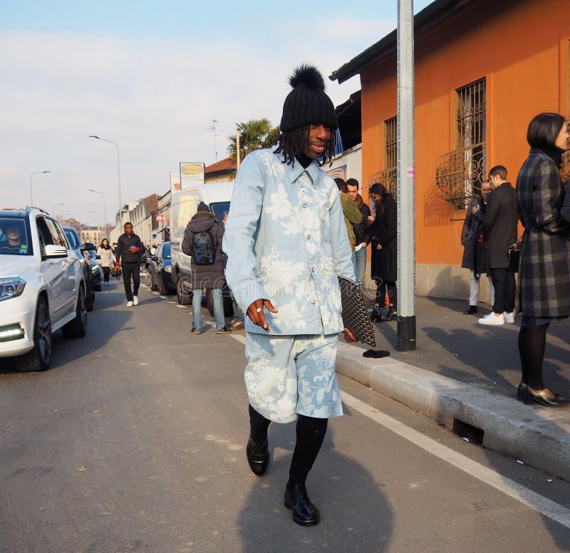 MILÃO - 14 DE JANEIRO: Homem elegante que anda na rua fotos de stock