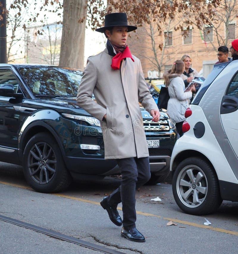 MILÃO - 13 de janeiro: Um homem elegante que anda na rua antes do desfile de moda de NEIL BARRET, durante Milan Fashion Week Fall imagem de stock