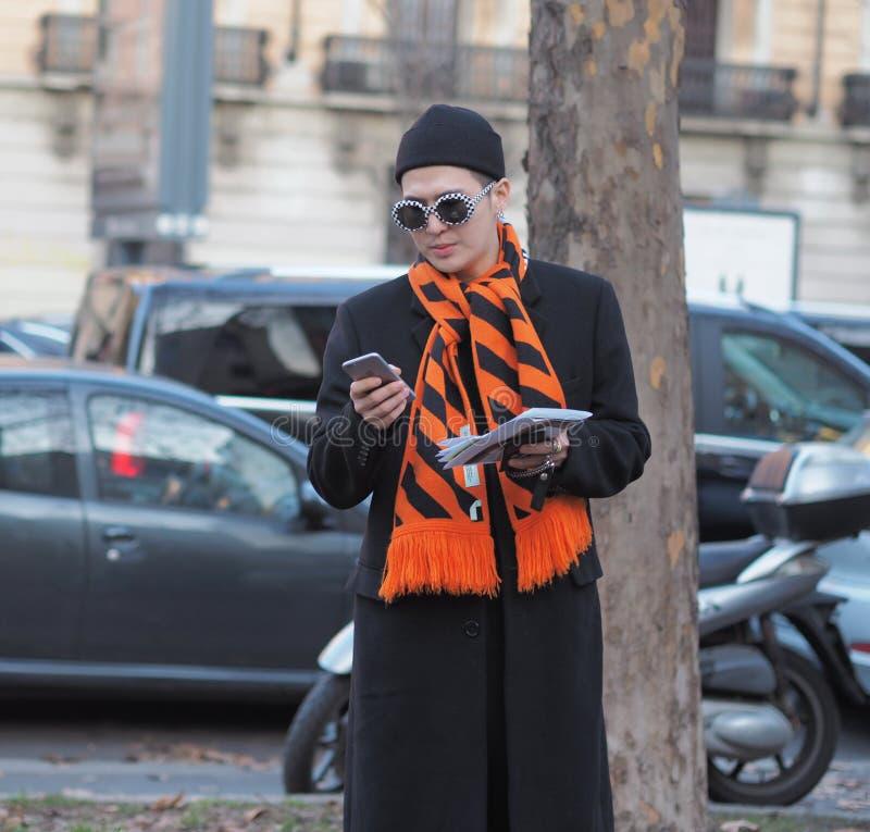 MILÃO - 13 de janeiro: Um homem elegante que levanta na rua antes do desfile de moda de NEIL BARRET, durante Milan Fashion Week F imagens de stock royalty free